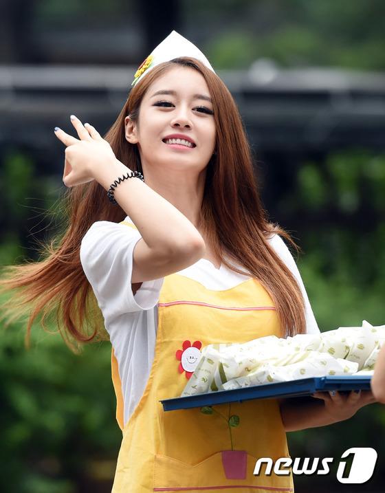 저희 마음입니다!티아라 지연이 20일 오전 서울 여의도 KBS 신관 공개홀에서 열린 KBS2 '뮤직뱅크'(이하 뮤뱅) 리허설을 하기 위해 방송국으로 들어서고 있다. 이날 방송에는 소녀시대를 비롯해 김현아, 주니엘, 원더걸스, SG워너비, 티아라, 비원에이포(B1A4), 배치기, 김보형, 블레이디, 놉케이, 유승우, 임태경, 김소정, 스테파니, 연분홍, 아샤, 빅스(VIXX) LR 등이 출연한다.