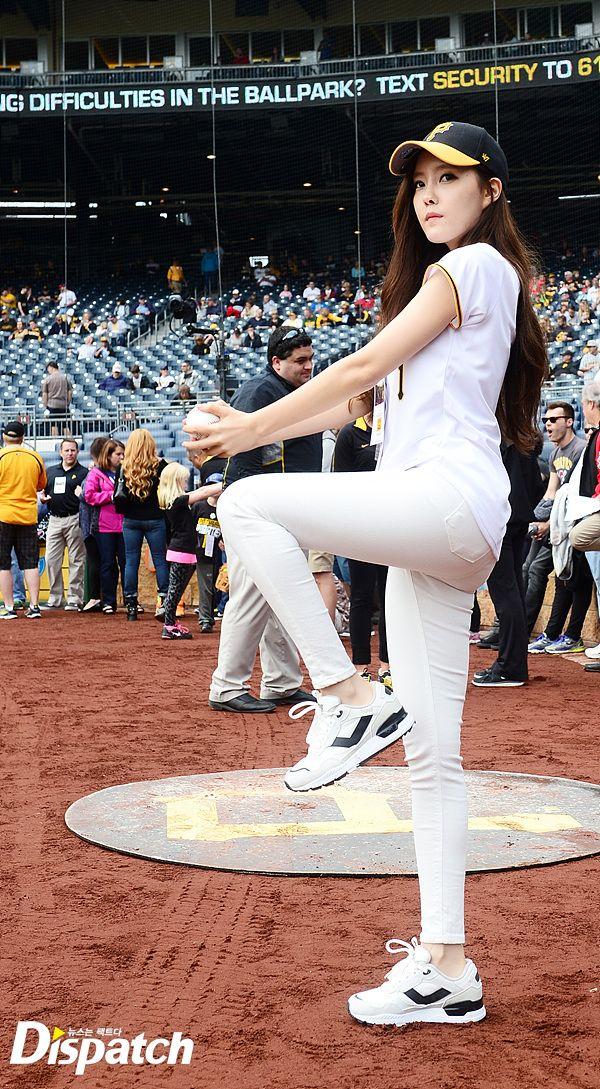 t-ara hyomin baseball pitch (4)