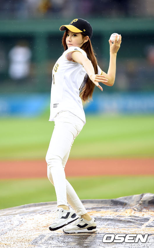 t-ara hyomin opening pitch (1)